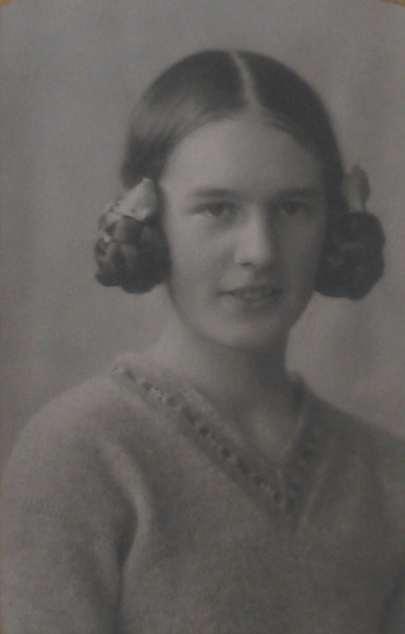 Ebeth Scobbie with a 1920s earphones hairstyle.